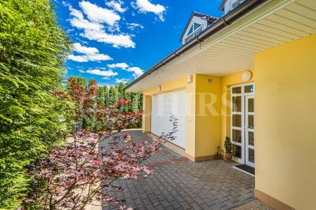 Prodej rodinného domu 5+kk s garáží a terasou, 308m2, pozemek 1202m2, ul. Karafiátová, Jesenice - Osnice