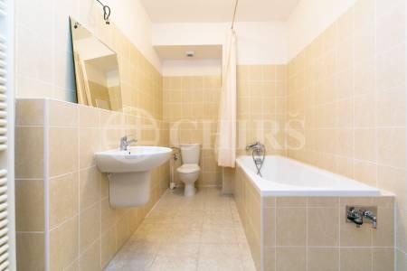 Prodej bytu 2+kk s terasou, předzahrádkou a garážovým stáním, OV, 63m2, ul. Wiesenthalova 1035/8, Praha 5 - Řeporyje