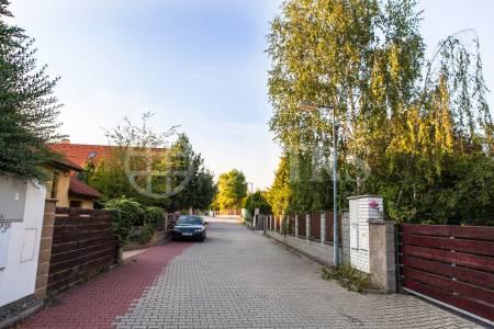 Pronájem rodinného domu 5+1 s terasou, OV, 235m2, ul. Na Kopečku 572, Klecany, okr. Praha-východ