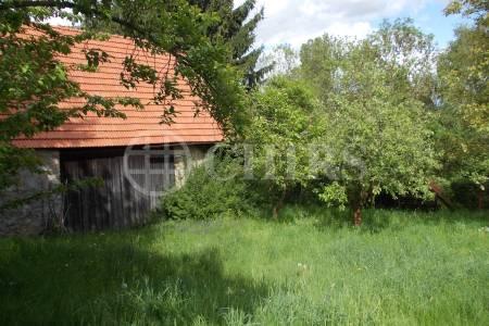 Prodej pozemku 830m2 se stodolou 76m2, v obci Černé Voděrady - okres Kolín