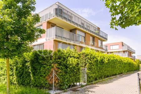 Pronájem bytu 2+kk s balkonem a garážovým stáním, OV, 54m2, ul. Brzorádových 851/3, Praha 5 - Jinonice