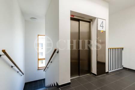 Pronájem bytu 2+kk s balkonem, terasou a garážovým stáním, OV, 73m2, ul. Vidoulská 760/4, Praha 5 - Jinonice
