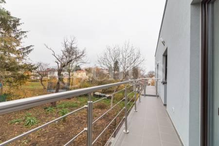 Prodej řadového rodinného domu 5+kk s garáží, balkónem a terasou, 185 m2, ul. Dačická, Praha 10 - Horní Měcholupy