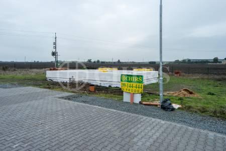 Prodej stavebního pozemku 982 m2 s rozestavěným RD v obci Veliká Ves, Praha východ