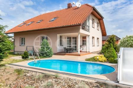 Prodej větší části RD o velikosti 5 + kk / B / T, bazén, v obci Štěchovice - Masečín, Praha západ