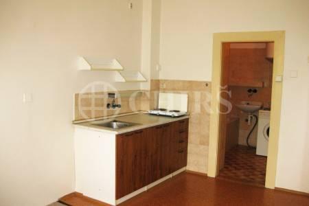 Pronájem nezařízeného bytu 1+kk, 28 m2, ul. Myslbekova 15, Praha 6 - Střešovice
