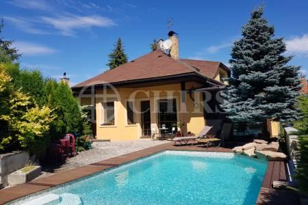 Prodej dvougeneračního rodinného domu 6+1 a 3+1 s příslušenstvím, 422 m2, Vyžlovka, Praha-východ.